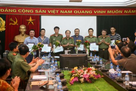 Trao giai Nhat cuoc thi anh chien sy cong an 'Vi binh yen cuoc song' - Anh 3
