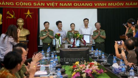 Trao giai Nhat cuoc thi anh chien sy cong an 'Vi binh yen cuoc song' - Anh 4