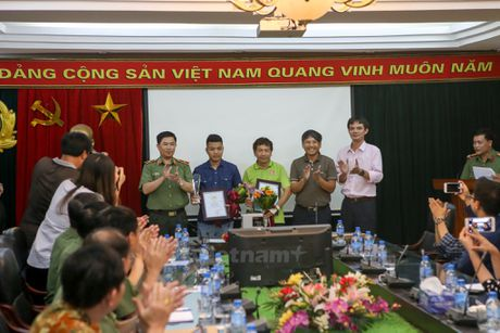 Trao giai Nhat cuoc thi anh chien sy cong an 'Vi binh yen cuoc song' - Anh 5