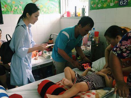 Hien Thuc chi tra vien phi cho 30 tre mac benh hiem ngheo - Anh 1