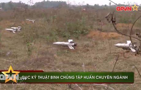 Uy luc ghe gom 'phao lui' B72 cua bo doi Viet Nam - Anh 1