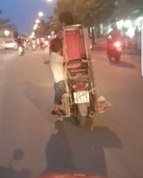 Cong an Ha Noi dang xac minh chau be 'lam xiec' sau xe may - Anh 1
