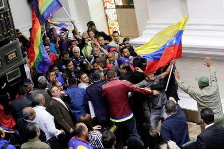 Dung do du doi giua canh sat va nguoi bieu tinh o Venezuela - Anh 10