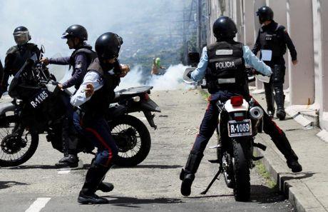 Dung do du doi giua canh sat va nguoi bieu tinh o Venezuela - Anh 1