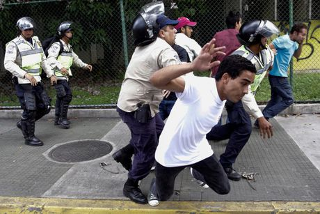 Dung do du doi giua canh sat va nguoi bieu tinh o Venezuela - Anh 4