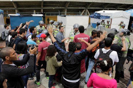 Dung do du doi giua canh sat va nguoi bieu tinh o Venezuela - Anh 6