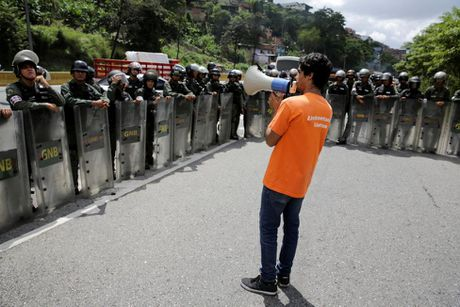 Dung do du doi giua canh sat va nguoi bieu tinh o Venezuela - Anh 7