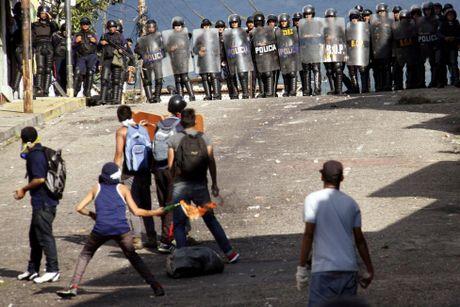 Dung do du doi giua canh sat va nguoi bieu tinh o Venezuela - Anh 8