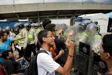 Dung do du doi giua canh sat va nguoi bieu tinh o Venezuela - Anh 9