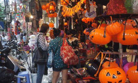 Ron rang do choi Halloween tren duong pho Ha Noi - Anh 1