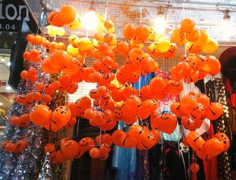 Ron rang do choi Halloween tren duong pho Ha Noi - Anh 4