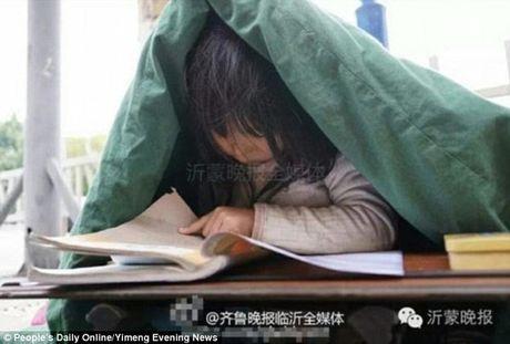 Chanh long be gai an xin trum chan hoc bai tren pho - Anh 1