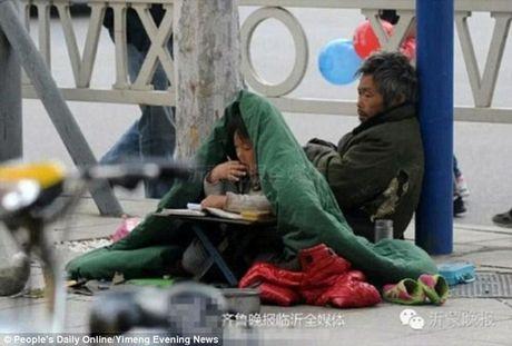 Chanh long be gai an xin trum chan hoc bai tren pho - Anh 4