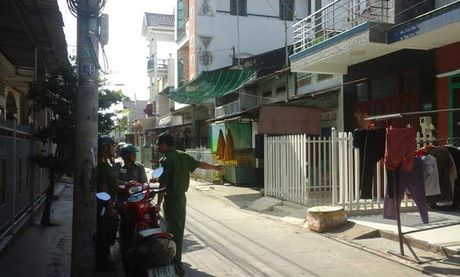 Bat 12 doi tuong nem bom xang gay nao loan khu dan cu - Anh 1