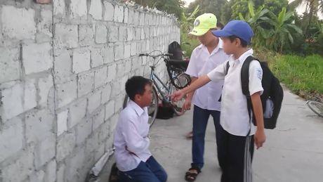 Cong an vao cuoc vu hoc sinh lop 7 danh hoi dong ban cung truong - Anh 1
