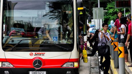 Singapore da co xe bus tu lai dau tien - Anh 1