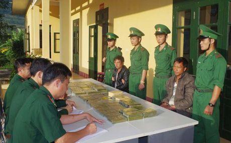 Thuong nong Ban chuyen an bat giu 69 banh heroin - Anh 1