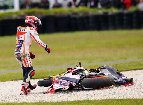 MotoGP: Marquez gap nan, Rossi no nu cuoi - Anh 2