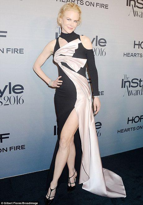 Nicole Kidman long lay quy phai voi dam xe cao - Anh 1