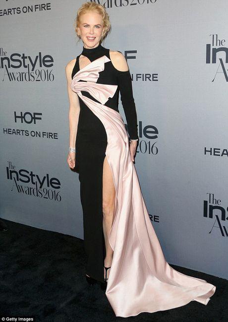 Nicole Kidman long lay quy phai voi dam xe cao - Anh 2