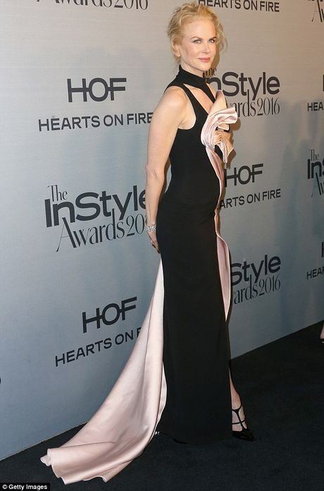 Nicole Kidman long lay quy phai voi dam xe cao - Anh 3