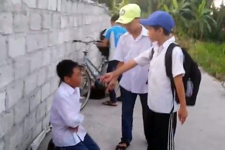 Nam sinh bi danh hoi dong, quay clip vi khong nop tien an sang - Anh 1