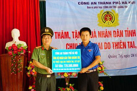 Cong an Ha Noi tang hon 700 trieu dong den dong bao bi thien tai tinh Quang Tri - Anh 1