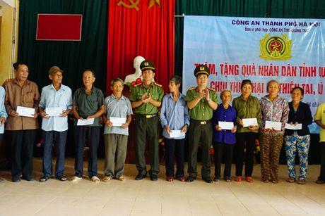 Cong an Ha Noi tang hon 700 trieu dong den dong bao bi thien tai tinh Quang Tri - Anh 4