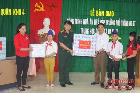 Quan khu 4 ban giao cong trinh Truong dan toc ban tru Na Ngoi - Anh 2