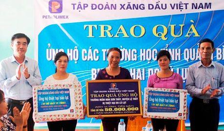 Cong doan Cty Xang dau Quang Binh ho tro cac truong hoc bi thiet hai do mua lu - Anh 1
