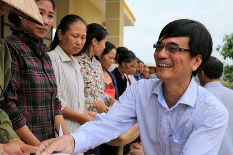 Nganh GTVT Quang Ngai den vung lu, trao tien ho tro cho nguoi dan - Anh 1