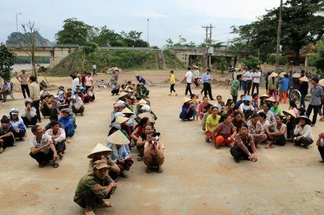 Nganh GTVT Quang Ngai den vung lu, trao tien ho tro cho nguoi dan - Anh 3