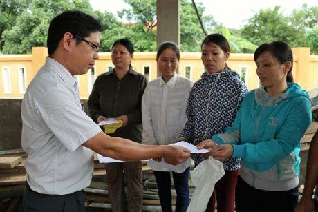 Nganh GTVT Quang Ngai den vung lu, trao tien ho tro cho nguoi dan - Anh 5