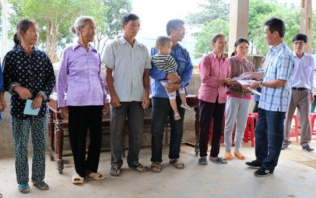 Nganh GTVT Quang Ngai den vung lu, trao tien ho tro cho nguoi dan - Anh 6