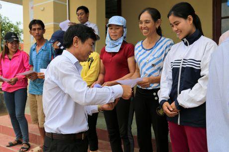 Nganh GTVT Quang Ngai den vung lu, trao tien ho tro cho nguoi dan - Anh 7