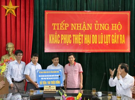 Nganh GTVT Quang Ngai den vung lu, trao tien ho tro cho nguoi dan - Anh 8