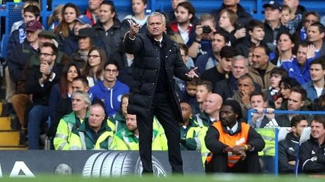 Jose Mourinho: 'Cau thu Man United phai dung day nhu nhung nguoi dan ong' - Anh 2