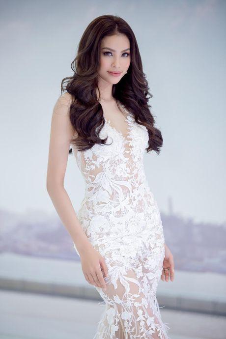 Hoa hau Pham Huong sieu goi cam voi dam ren trang xuyen thau - Anh 7