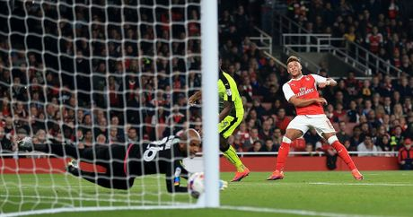 Sao tre lap cu dup nho tien dao kien thiet, Arsenal vao tu ket Cup Lien Doan - Anh 2