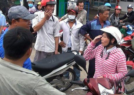 Nguoi phu nu gan da tom gon ten cuop tren duong pho Sai Gon - Anh 1