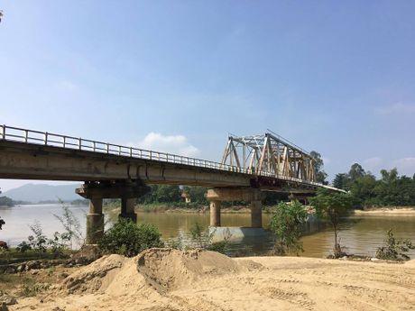 Ha Tinh: Tiep tuc cam xe luu thong tren QL8A de sua chua cau Linh Cam - Anh 1