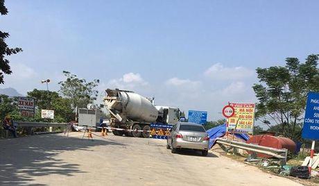 Ha Tinh: Tiep tuc cam xe luu thong tren QL8A de sua chua cau Linh Cam - Anh 2