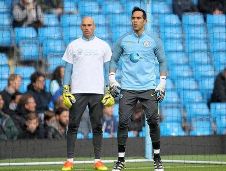 Guardiola se dung doi hinh 2 de lam be mat Mourinho - Anh 2