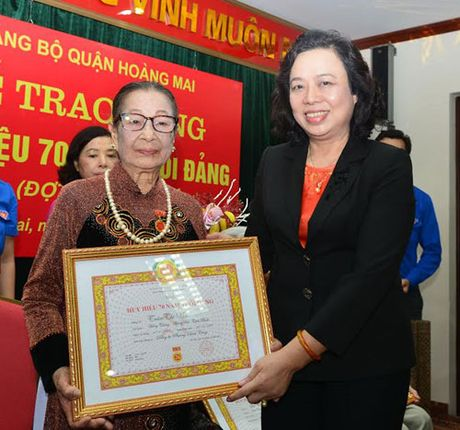 Trao Huy hieu 70 nam tuoi Dang cho dang vien quan Hoang Mai - Anh 1