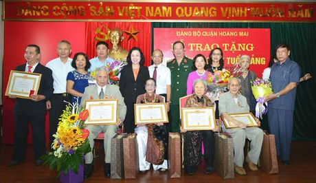 Trao Huy hieu 70 nam tuoi Dang cho dang vien quan Hoang Mai - Anh 2
