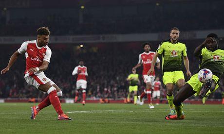 Arsenal vao vong nam Cup Lien doan nho cu dup cua Chamberlain - Anh 1