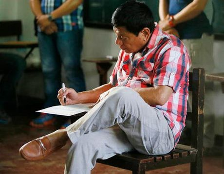 Nhat lo ong Duterte nhai keo cao su truoc mat Nhat hoang - Anh 1