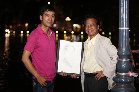 Che Linh bi fan vay kin khi lan dau di dao Ho Guom - Anh 10