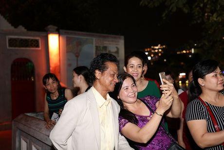 Che Linh bi fan vay kin khi lan dau di dao Ho Guom - Anh 5