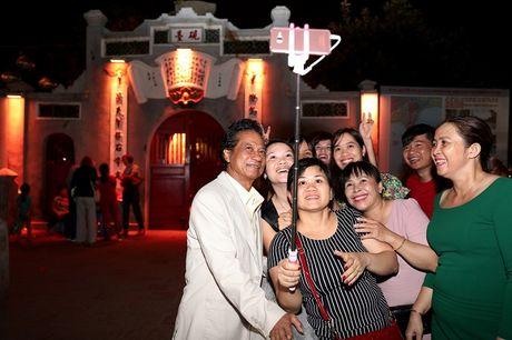 Che Linh bi fan vay kin khi lan dau di dao Ho Guom - Anh 6